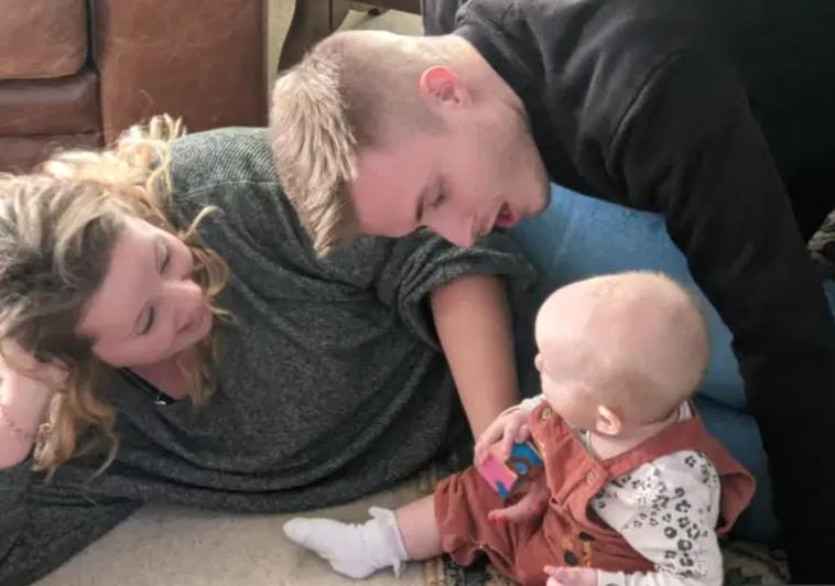 ליאם אלן והאנה ארקרייט עם התינוקת שלהם  (צילום: רשתות חברתיות)