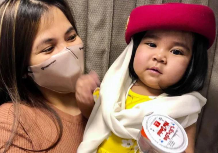 האחות קרוז ובתה בת השנה בדרך לניתוח השתלת הכבד (צילום: רשתות חברתיות)