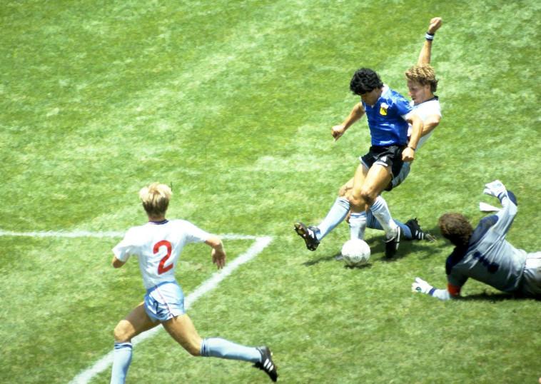 מראדונה כובש את ''שער המאה'' במונדיאל 1986 (צילום: רויטרס)