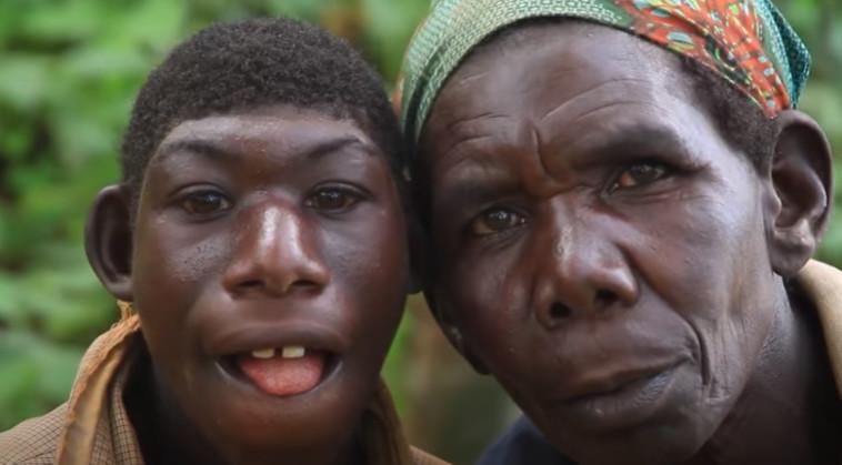 אלי ואמו ביערות ברואנדה (צילום: צילום מסך יוטיוב)