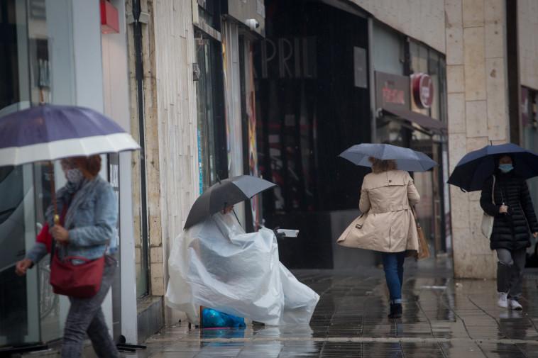 מתחבאים מהגשם בת''א (צילום: מרים אלסטר, פלאש 90)