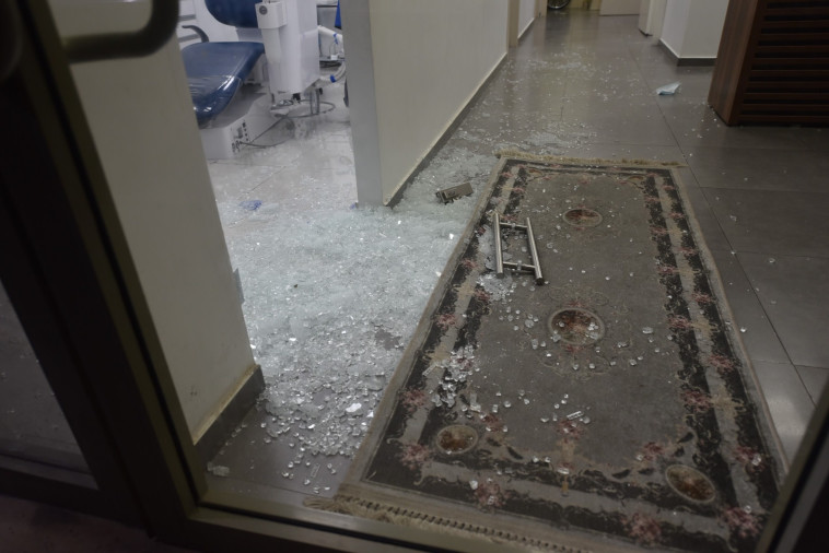 זירת אירוע הירי לעבר הבנק ביישוב מע'אר (צילום: דוברות המשטרה)
