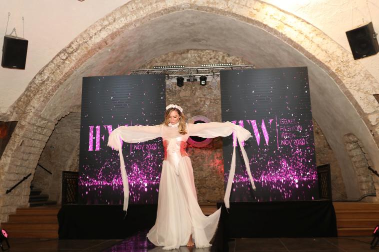 מיכל אנסקי עושה ויקטוריה סיקרט בשמלה של המעצבת אן דהן  (צילום: אור גפן)