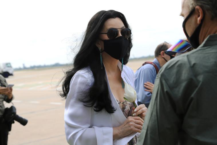 הזמרת שר מחכה לקוואן על מסלול הנחיתה (צילום: רויטרס)