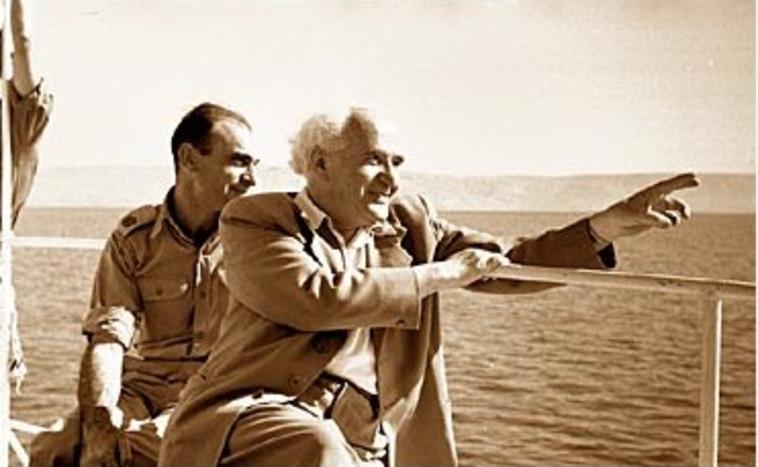 נחמיה ארגוב ודוד בן גוריון בשיט בכנרת (צילום: נפתלי אופנהיים)