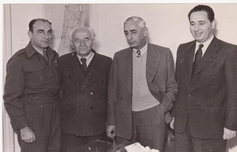 משמאל: נחמיה ארגוב, בן גוריון, פנחס לבון ושמעון פרס (צילום: ארכיון צה''ל)