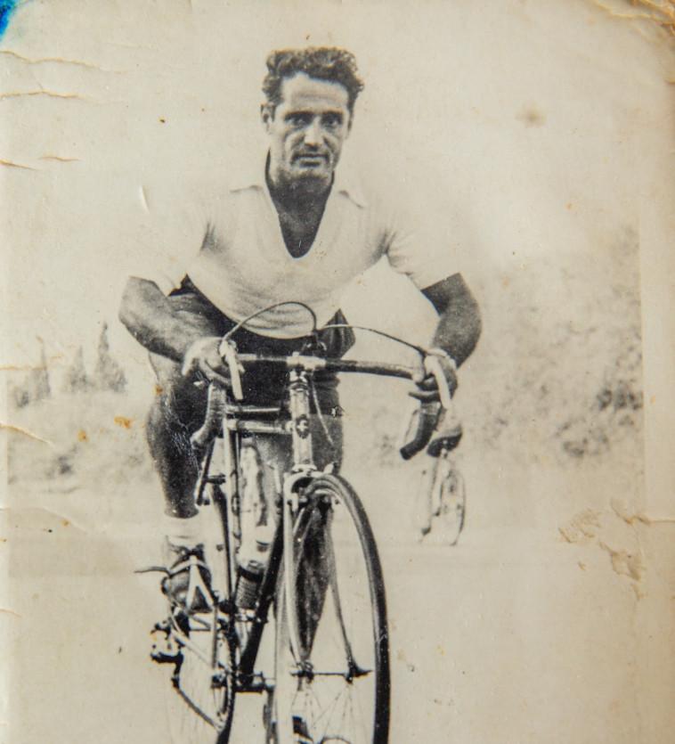 דוד קדוש רוכב על אופניו (צילום: יוסי אלוני, רפרודוקציה)