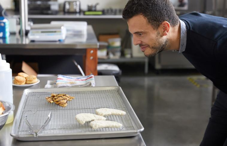 עובד החברה Eat Just מכין את ''חזה העוף'' (צילום: רויטרס)