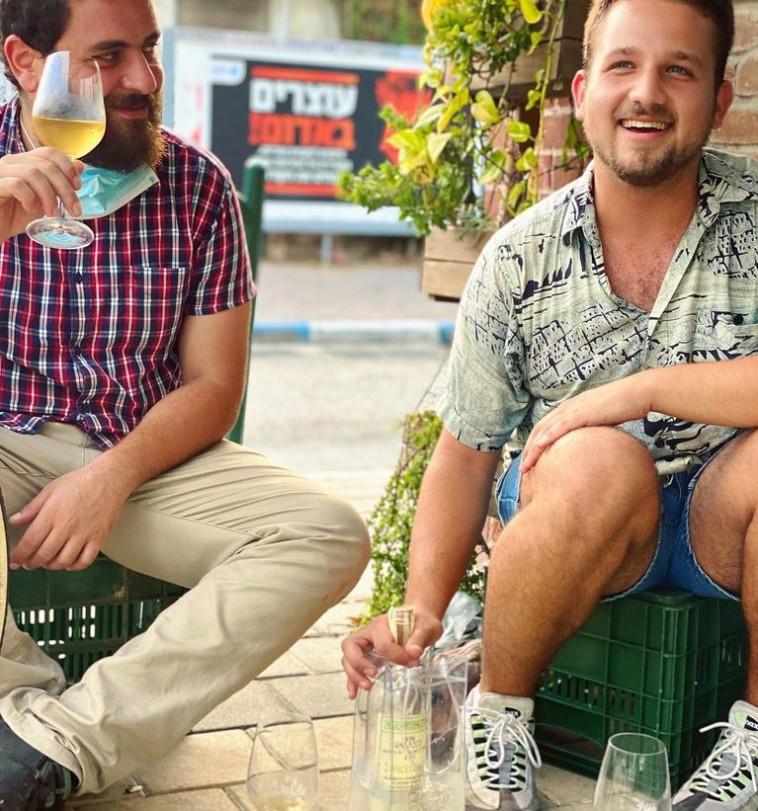 יין על ספסל , מילאהוס קפה בחיפה (צילום: עמוד הפייסבוק)