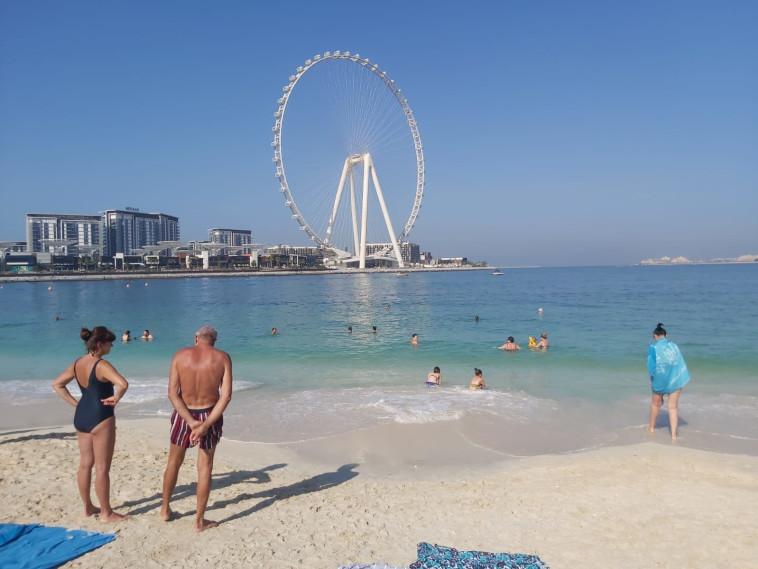 נופשים בחוף הים סמוך למרינה בדובאי (צילום: משה כהן)