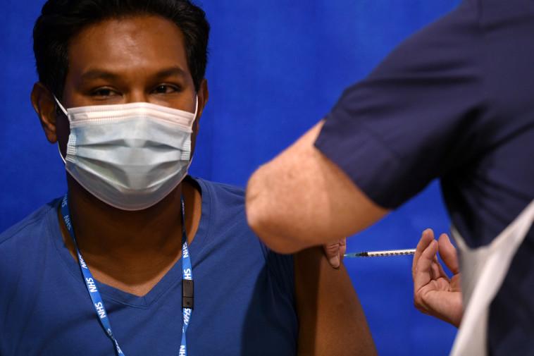 גבר מקבל את חיסון פייזר בבריטניה (צילום: רויטרס)