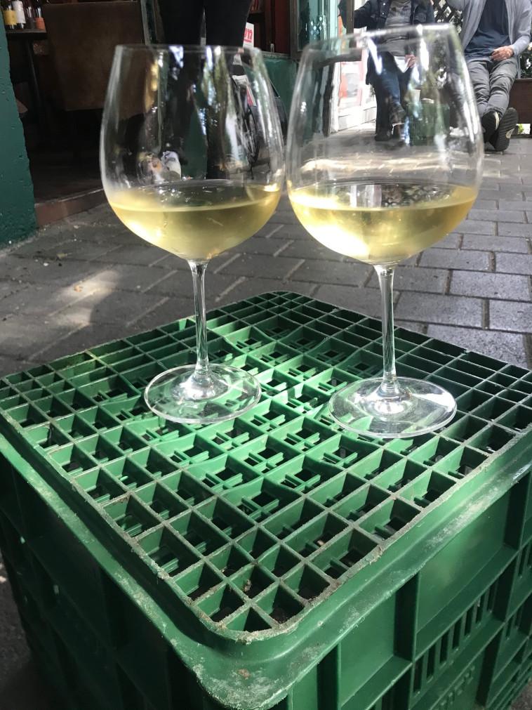 יין לבן על ארגז ירוק  (צילום: טליה לוין)