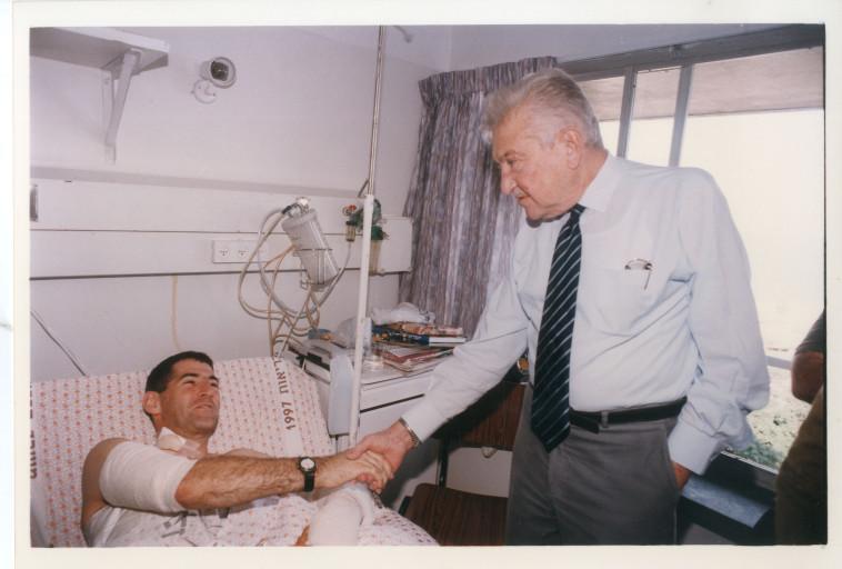 יאיר גולן בבית החולים לאחר הפציעה (צילום: רוני שיצר)