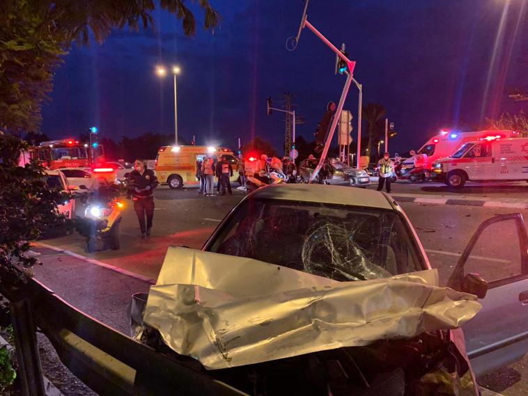 תאונת הדרכים בצומת בית דגן (צילום: ליאור פז, תיעוד מבצעי מד''א)