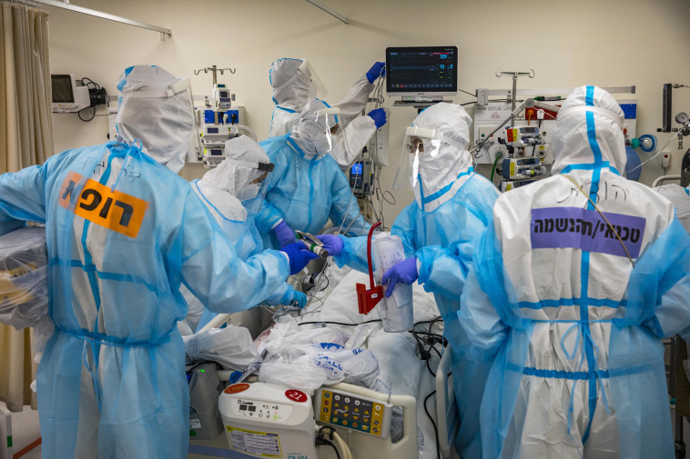מחלקת קורונה בבית החולים שערי צדק (צילום: אוליבייה פיטוסי, פלאש 90)