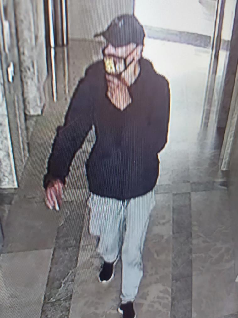 החשוד כפי שנתפס במצלמות אבטחה (צילום: מצלמות אבטחה)