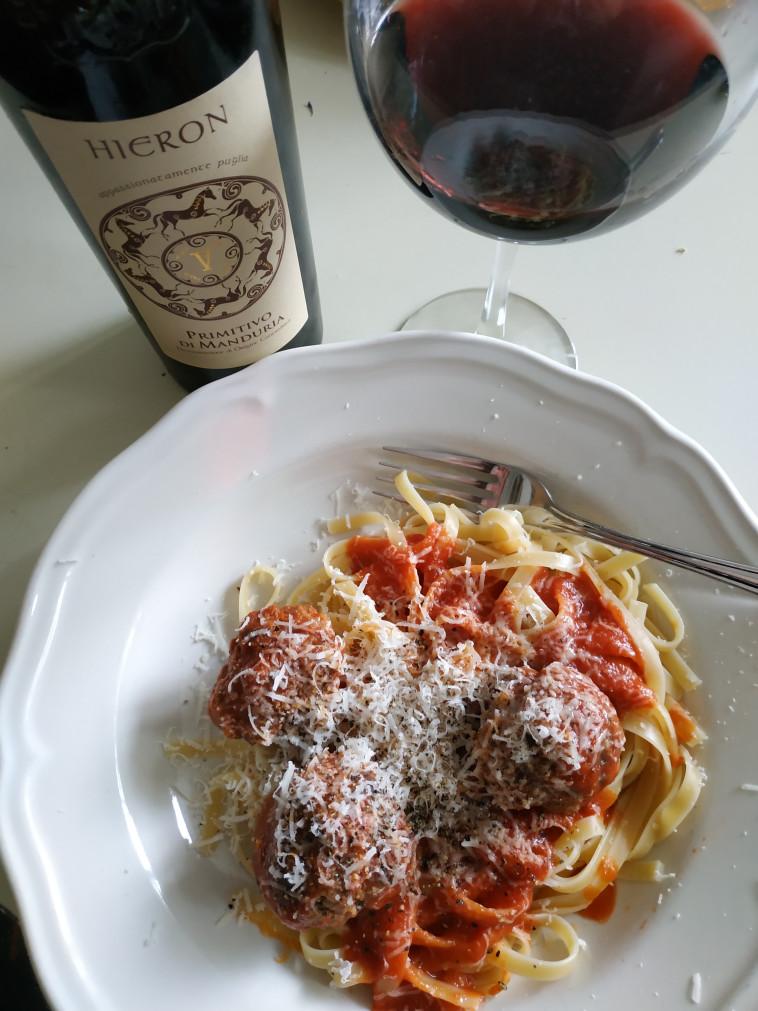ספגטי, כדורי בשר ויין: הילארון, פרימיטיבו  (צילום: חיליק גורפינקל )