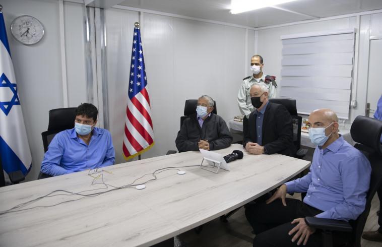 בני גנץ צופה בניסויי יירוט בגרסה מתקדמת של ''שרביט קסמים'' (צילום: אגף דוברות והסברה, משרד הביטחון)