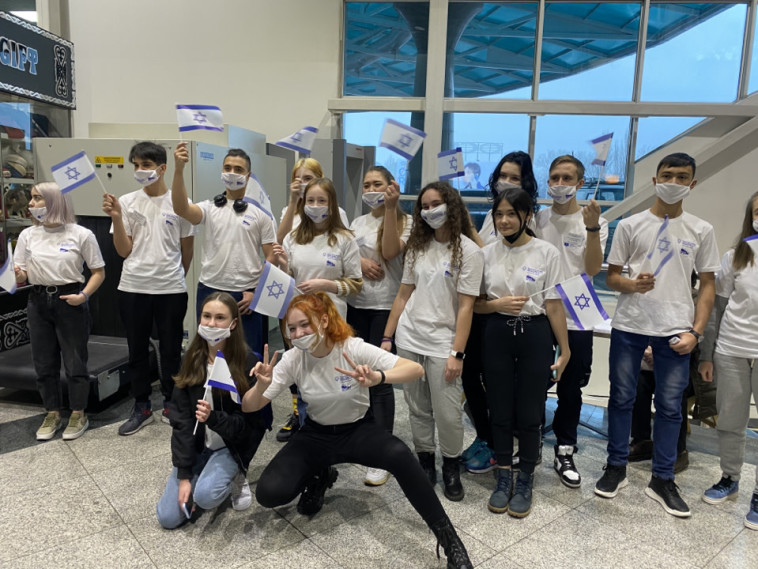 הצעירים שהגיעו בטיסת העולים של הסוכנות היהודית (צילום: אבי אופיר, הסוכנות היהודית)