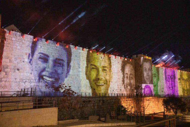 חלק מהאירוע המיוחד שהוקרן על חומות ירושלים (צילום: אוהד צויגנברג)