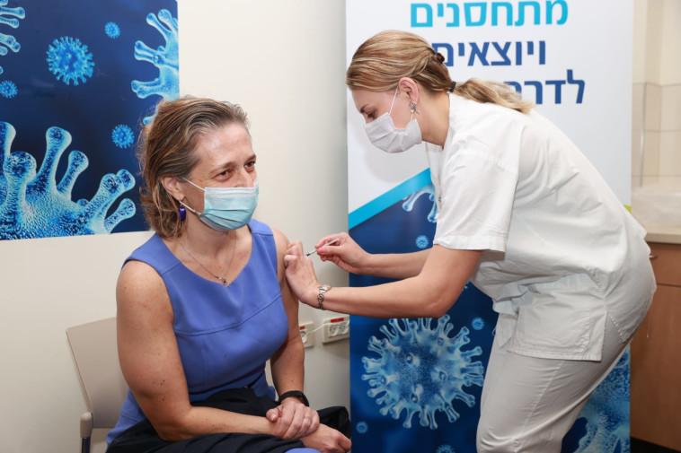 ד''ר שרון אלרעי פרייס מקבלת חיסון לקורונה (צילום: דוברות בית חולים בילינסון)