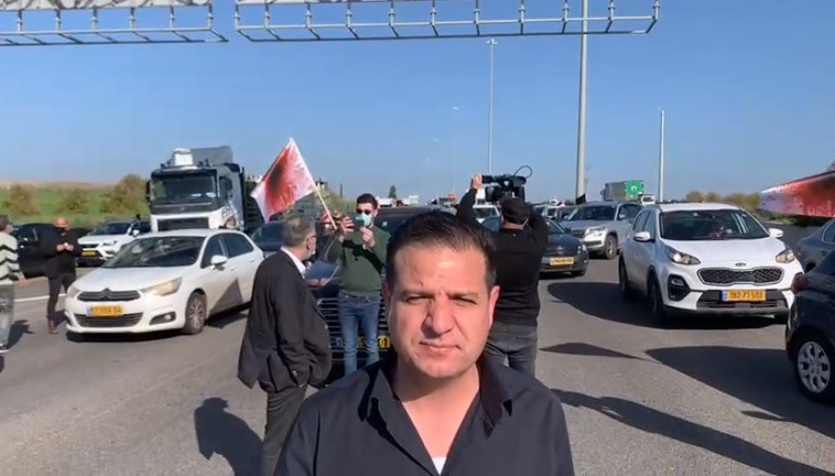 איימן עודה במחאה בכביש 6 (צילום: דוברות הרשימה המשותפת)
