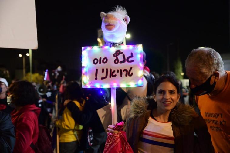 הפגנה מול ביתו של גנץ (צילום: אבשלום ששוני)