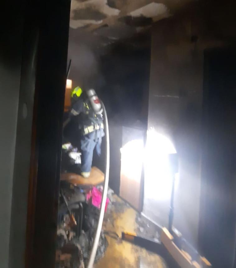 כוחות כיבוי בדירה שנשרפה ביפו (צילום: דוברות כיבוי והצלה תל אביב)