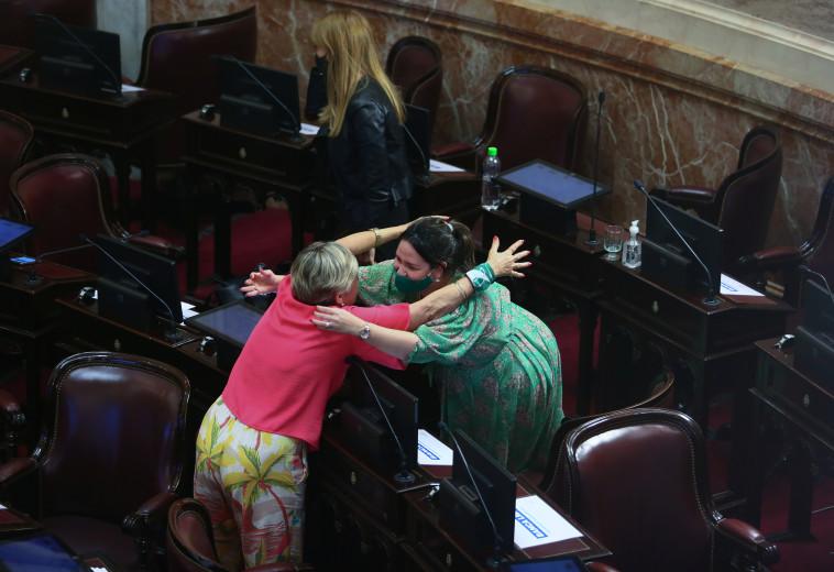 נשים בסנאט הארגנטינאי חוגגות את החוק המתיר הפלות (צילום: REUTERS/Agustin Marcarian)