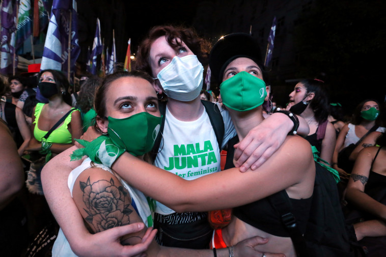 נשים בארגנטינה חוגגות את החוק המתיר הפלות (צילום: REUTERS/Flor Guzzetti)