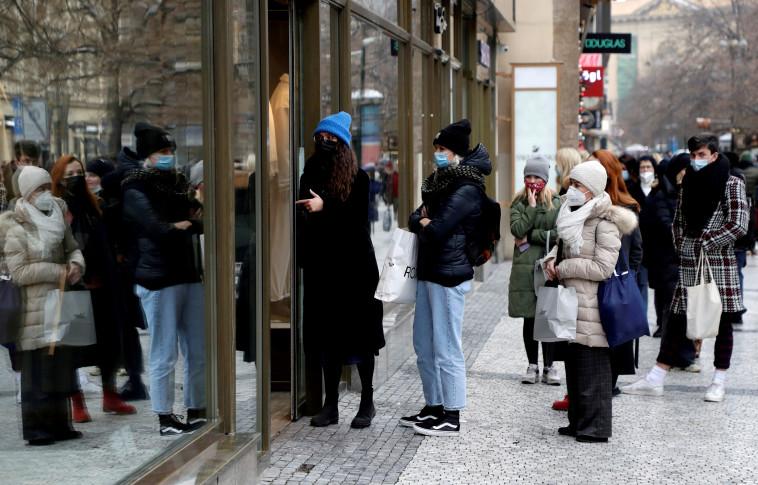 ממתינים בתור לקניות בצ'כיה בזמן קורונה (צילום: REUTERS/David W Cerny)