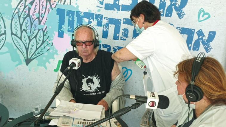נתן זהבי מקבל את החיסון נגד קורונה (צילום: אריק בן דוד)