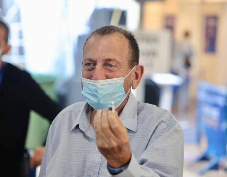 רון חולדאי מתחסן נגד הקורונה (צילום: אבשלום ששוני)