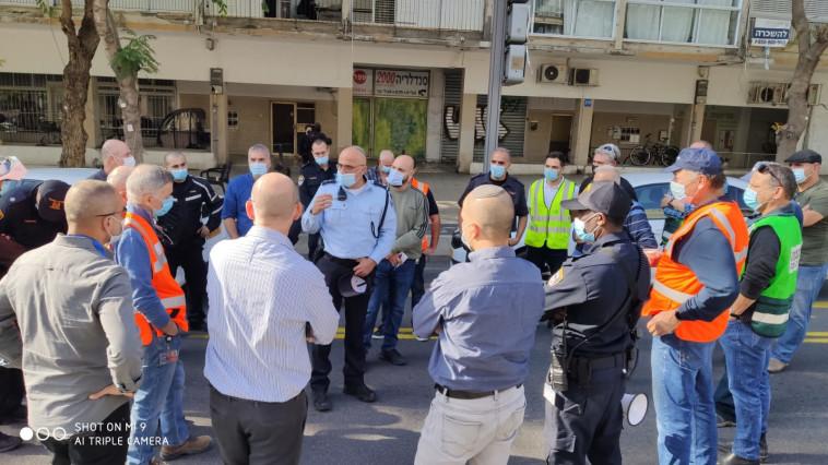 הערכת המצב בעקבות דליפת החומר בתל אביב, ברחוב אבן גבירול (צילום: דוברות המשטרה)