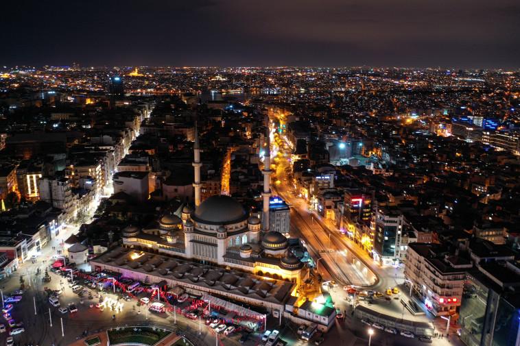חגיגות השנה החדשה באיסטנבול בצל מגבלות הקורונה (צילום: REUTERS/Mehmet Emin Caliskan)