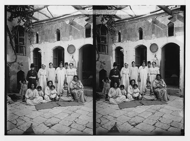 משפחה יהודית בחאלב בתחילת המאה שעברה (צילום: Library of Congress)