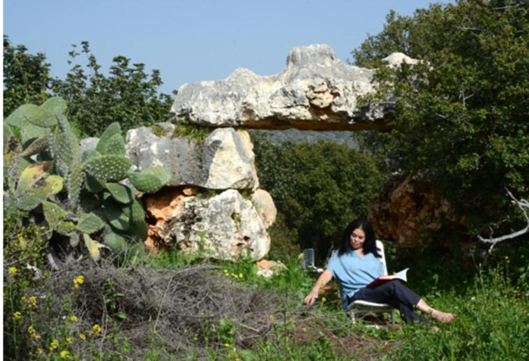 סבינה מסג בחצר ביתה בכליל (צילום: דינה גונה)