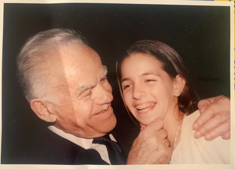 עו''ד מיכל דיאמנט יחד עם סבה, ראש הממשלה השביעי יצחק שמיר (צילום: באדיבות המשפחה)