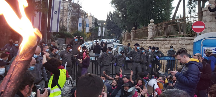המצור על בלפור (צילום: דוברות מחאת הדגלים השחורים)