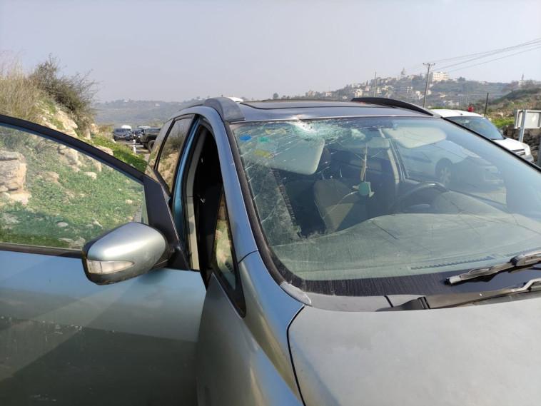 הרכב שנפגע מיידוי האבנים סמוך לחלמיש (צילום: TPS)