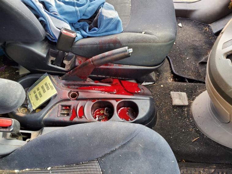 המכונית שנפגעה מיידוי האבנים בבנימין (צילום: דוברות בנימין)
