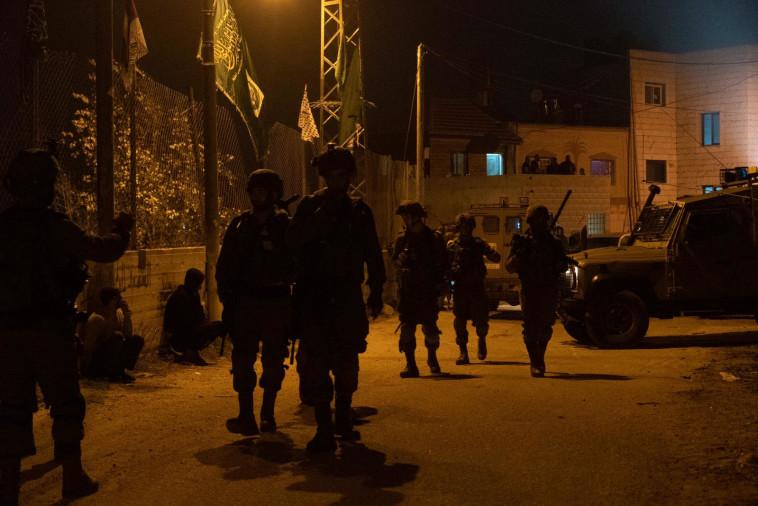 15 נעצרו. פעילות כוחות צה״ל בכפר דיר ניזאם (צילום: דובר צה''ל)