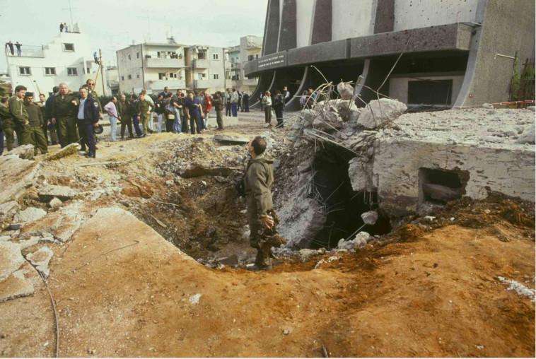 המכתש הקטן: שכונת התקווה, מכתש שנוצר כתוצאה מפגיעה של סקאד. (צילום: נעם וינד,באדיבות ארכיון צה''ל,מיכאל צרפתי,אסף טופז)