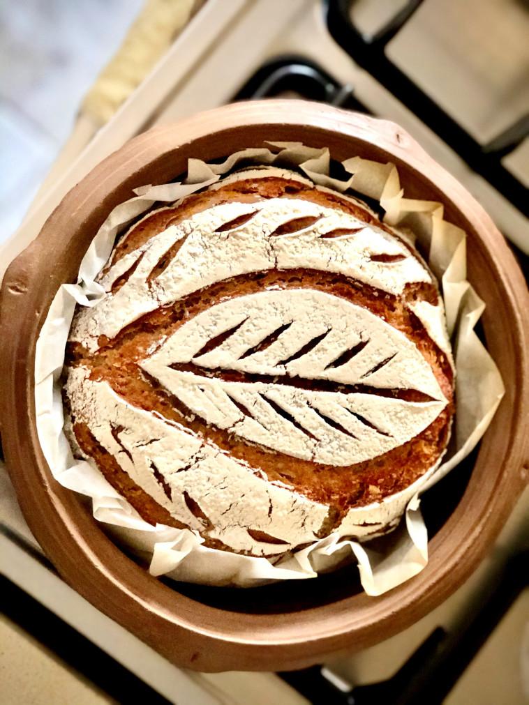 ציור על לחם מחמצת (צילום: פסקל פרץ-רובין)