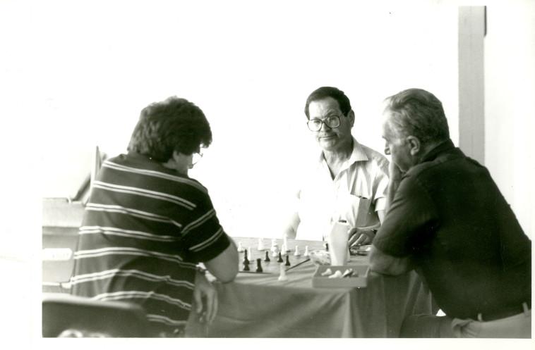 עמוס גלבוע ב-1988 (צילום: ראובן קסטרו)