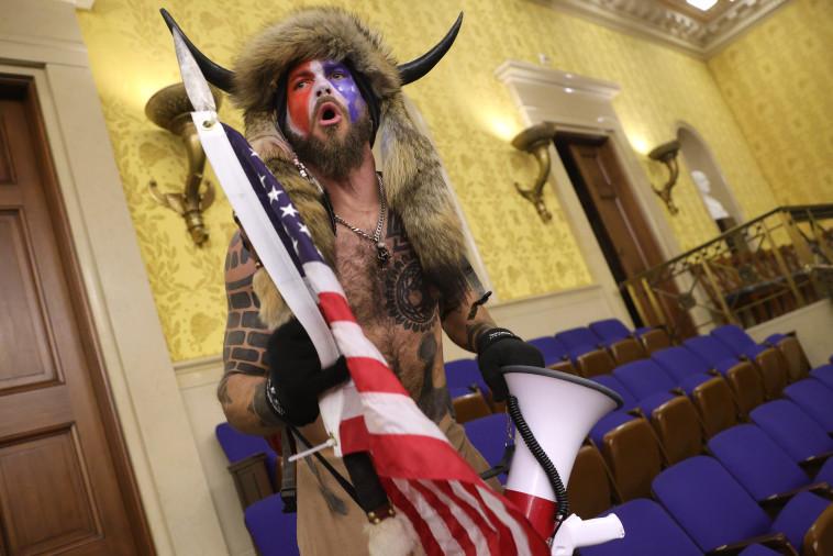 מפגין פרץ לקונגרס האמריקאי (צילום: Win McNamee/Getty Images)