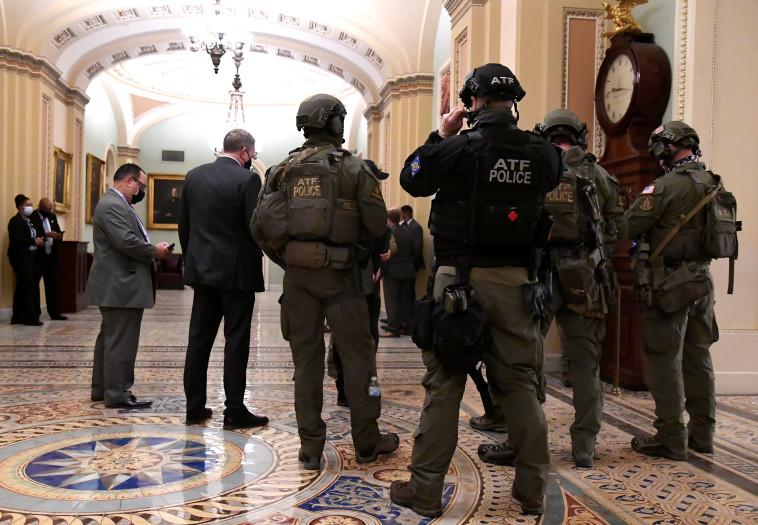 כוחות הביטחון האמריקאים בסנאט (צילום: REUTERS/Mike Theiler)