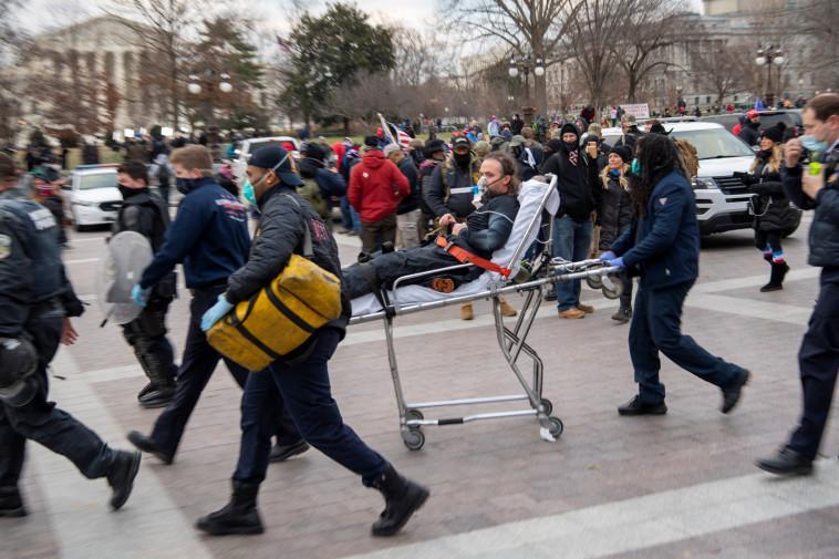שוטר פצוע בוושינגטון הבירה (צילום: Jasper Colt/USA TODAY via REUTERS)