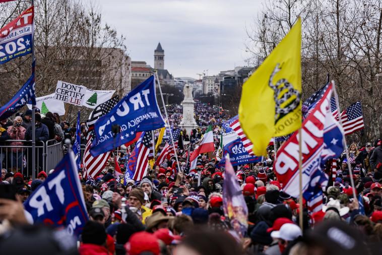 תומכי טראמפ מחוץ לגבעת הקפיטול (צילום: Samuel Corum/Getty Images)