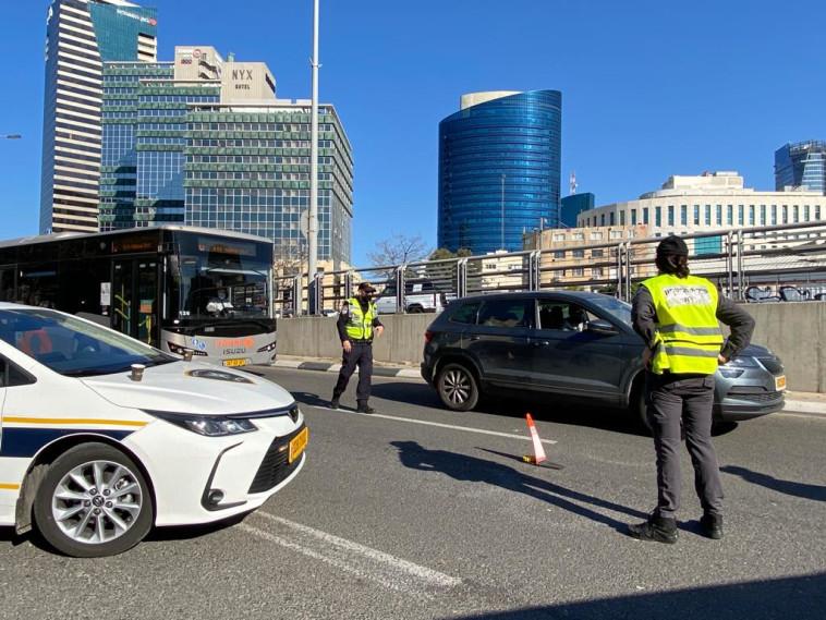 עורכים בידוק. שוטרים אוכפים את הנחיות הסגר (צילום: אבשלום ששוני)